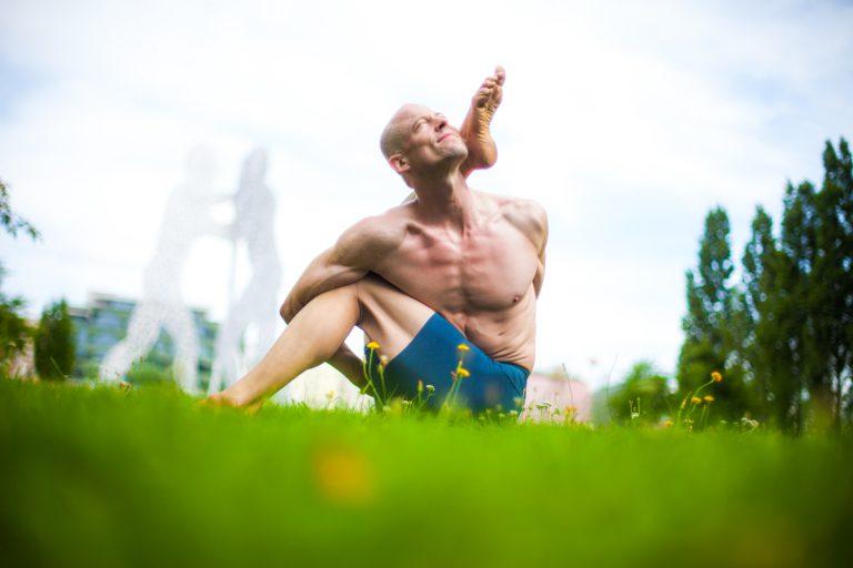 Drehhaltungen im Yoga: die Ausrichtung des Beckens