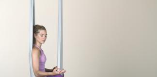 Frau beim Aerial Yoga