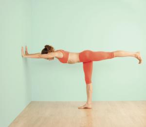Diese Variante nutzt die Unterstützung einer Wand, auf diese Weise können Sie die einzelnen Details der Haltung erforschen.
