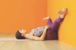 Diese Variante von Viparita Karani erzeugt eine ruhige, friedliche grundstimmung für den weiteren Übungsweg, gleichzeitig dehnt sie die Beininnenseiten.