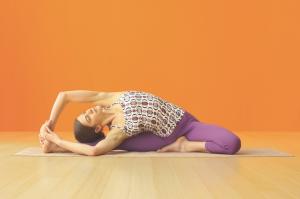 Gehen Sie diese Übung in der friedlichen grundhaltung von Viparita Karani an. Statt Hüften, Beine und Flanken maximal zu dehnen, sollten Sie diese regionen langsam aufwecken und öffnen.