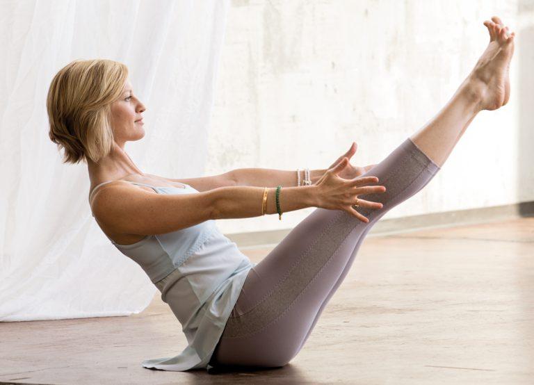 Chakra Yoga: Mit Navasana das Nabelchakra aktivieren