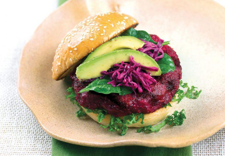 Burger aus Roter Beete, braunem Reis und Karotten