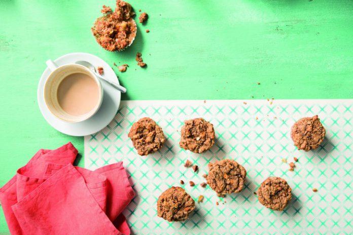 Karotten Walnuss Muffins neben Kaffee_Foto Jennifer Olsson