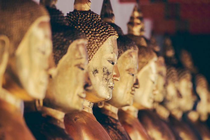 Goldene Buddha Statuen in einer Reihe; Bild: Alexandre Chambon