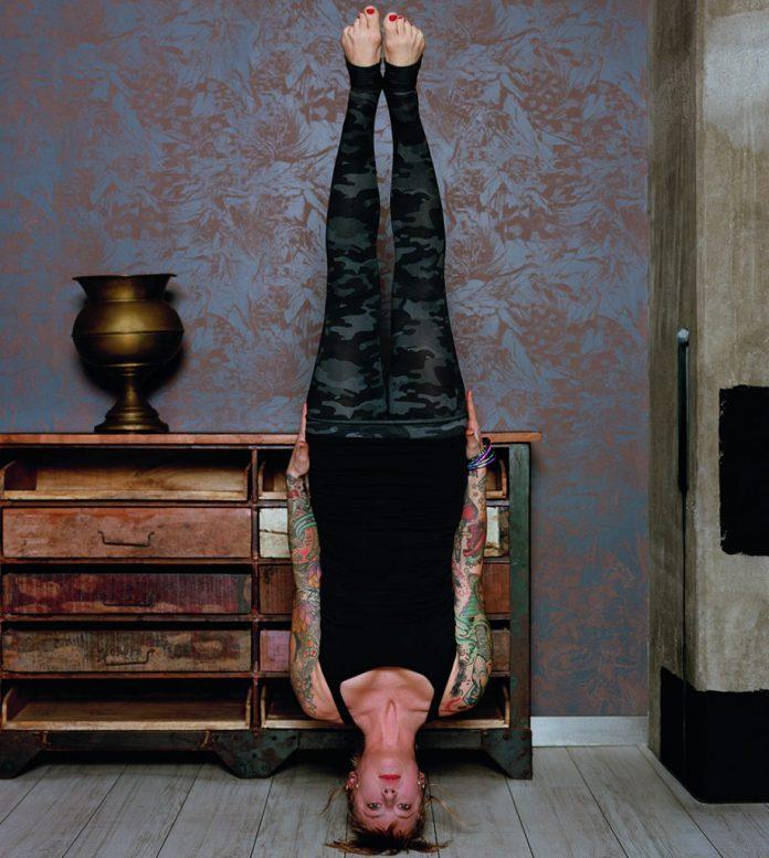 Dies Das Asana_Freier Kopfstand von Jelena Lieberberg_Foto: Richard Pilnick