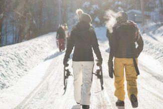 Frauen spazieren im Schnee