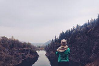 Das richtige tun_nachdenkliche Frau am See_Foto: Beata Rastusznia