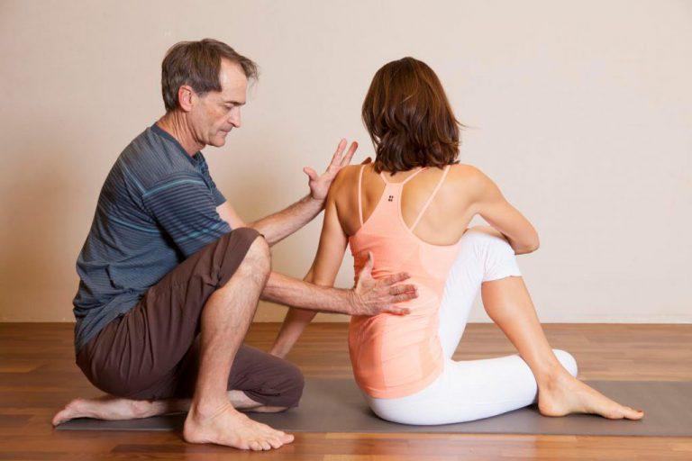 Die Kunst der Hilfestellung im Yoga: Mark Stephens über helfende Hände