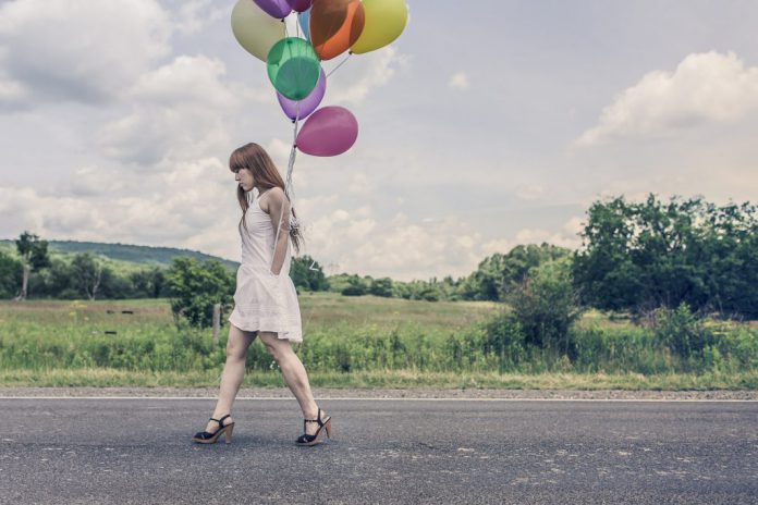 Frau mit Lufballons _ unsplash