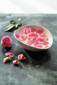 La vie en rose: Rosenwasser ist nicht nur ein bewährtes Schönheitsmittel, es belebt auch müde Augen.