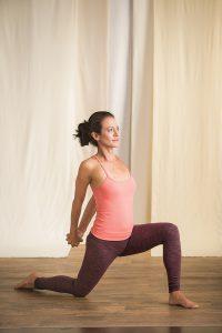 Herzöffnung Anjaneyasana Yogaworld