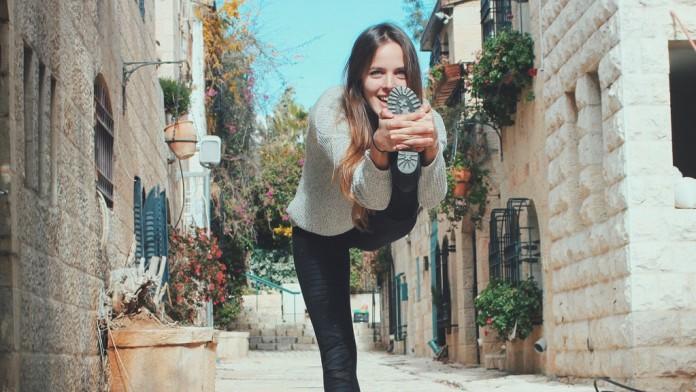 Für Sara geht Yoga geht weit über den Mattenrand hinaus – Bild via saraticha.com