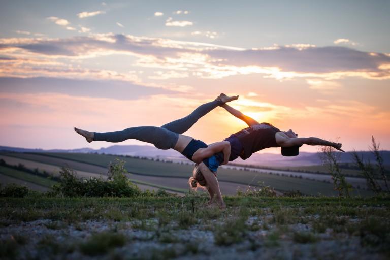 Acro-Yoga: Jeder kann fliegen! Yoga-Stil mit Suchtpotential