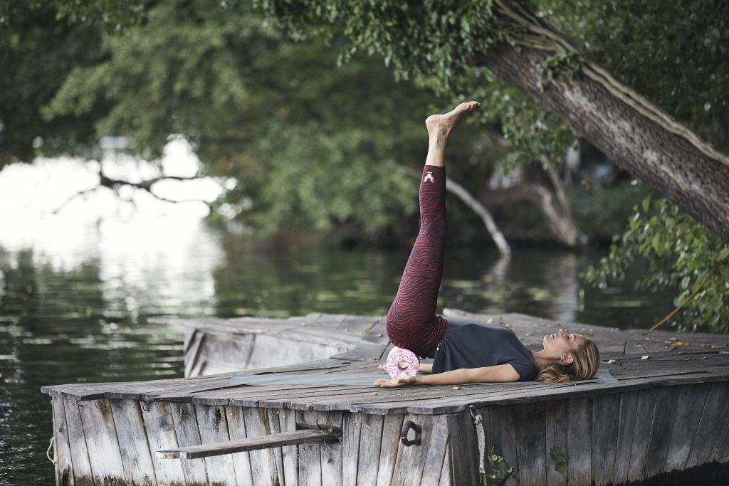 Beine in Rückenlage nach oben strecken. Yoga & myofasziale Selbstmassage Iliopsoas - Nela König