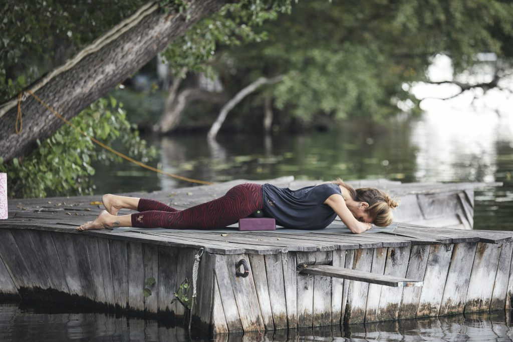 Faszienmassage in Bauchlage. Yoga & myofasziale Selbstmassage  - Nela König