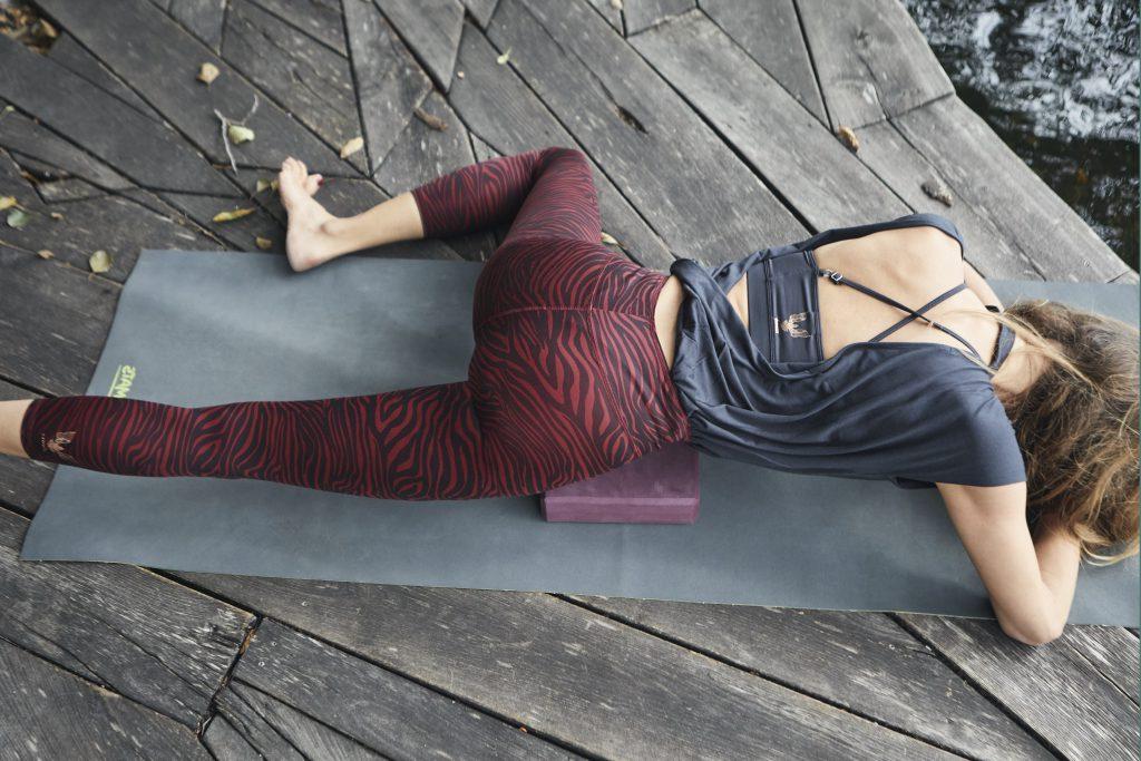 Frosch, Variante: Bhekasana. Yoga & myofasziale Selbstmassage Iliopsoas - Nela König