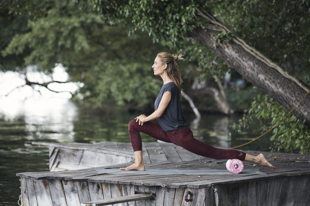 Yoga & myofasziale Selbstmassage Iliopsoas - Nela König im Tiefer Ausfallschritt: Anjaneyasana mit Rolle