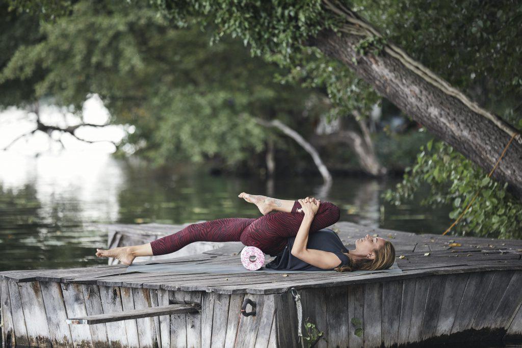 Dehnung in Rückenlage. Yoga & myofasziale Selbstmassage Iliopsoas - Nela König