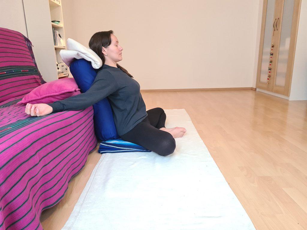 Yoga bei Long Covid Baddha Konasana den Armen weit abgelegt