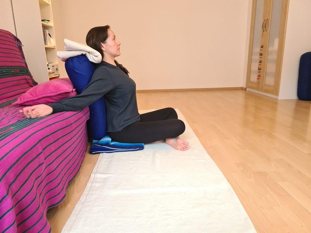 Yoga bei Long Covid Schneidersitz