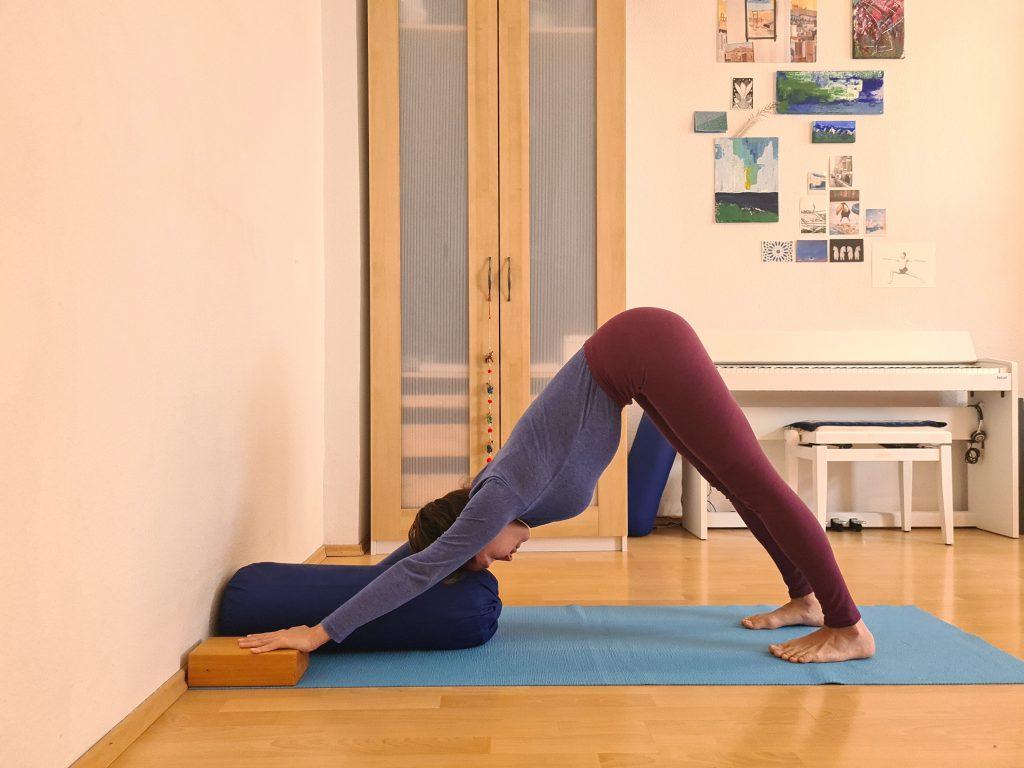 Yoga bei Long Covid Herabschauender Hund
